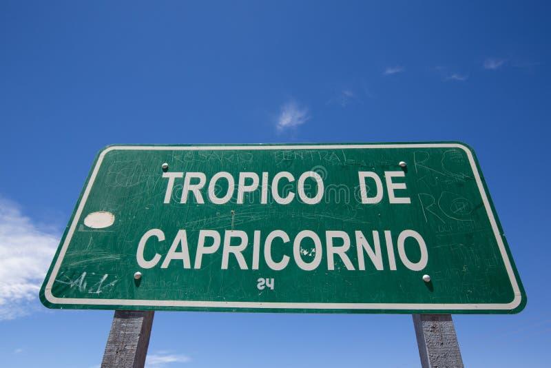 Tropique de signe de Capricorne contre un ciel bleu clair photos libres de droits