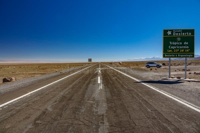 Tropique de signe et de voiture de Capricorne dans le désert d'Atacama, Chili - Amérique du Sud images libres de droits