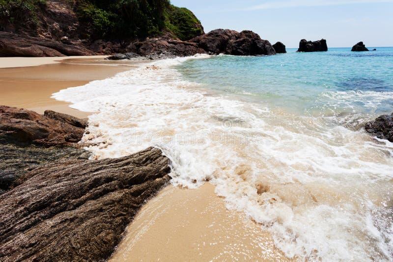 Tropisch andaman zeegezicht toneel van strand met golf die verpletteren royalty-vrije stock foto's