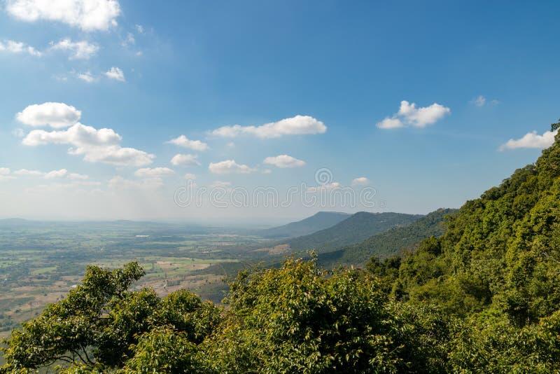 Tropisch boslandschap met berg en blauwe hemel royalty-vrije stock foto's