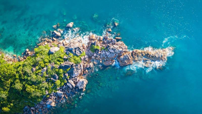 Tropisch die eiland met overzees en palm uit hommel wordt genomen De luchtfoto van Seychellen St Pierre eiland royalty-vrije stock afbeeldingen