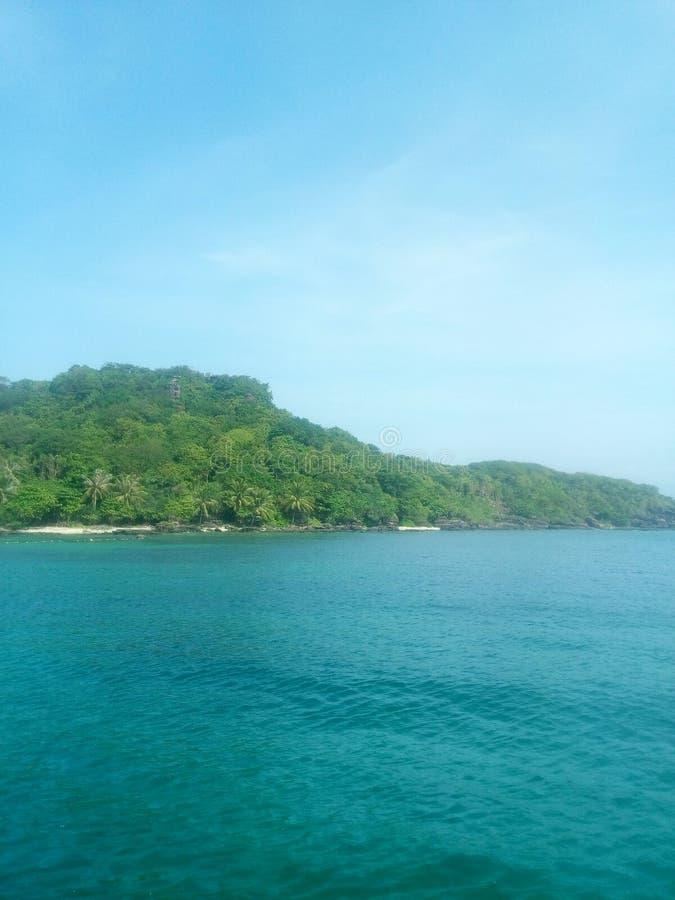 Tropisch eiland in het overzees royalty-vrije stock afbeelding