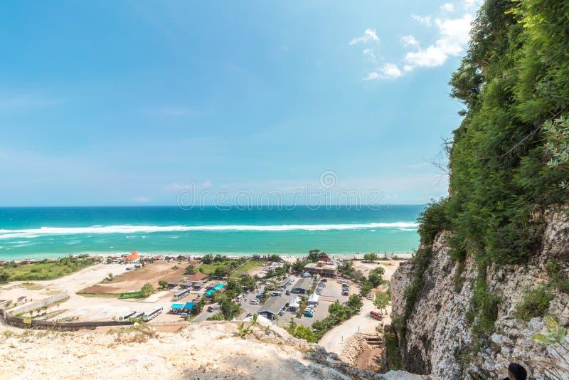 Tropisch eilandlandschap, oceaan op een bacakground Mooie mening van de klip aan het kust Openluchtlandschap, Bali stock afbeeldingen