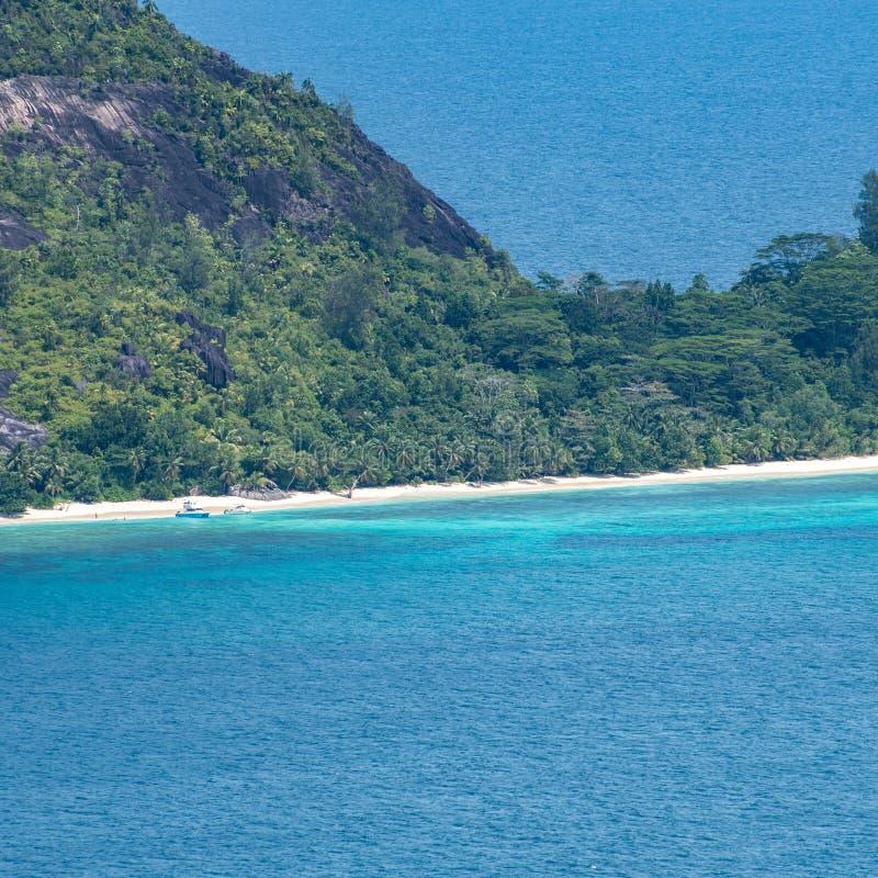 Tropisch eilandstrand in Seychellen met boten stock foto's