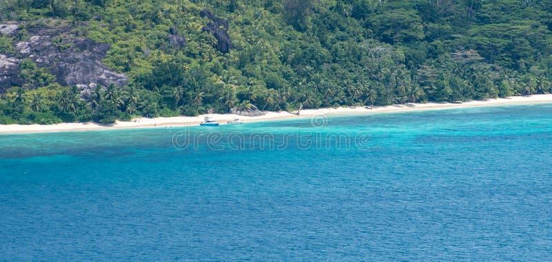 Tropisch eilandstrand in Seychellen met boten stock fotografie
