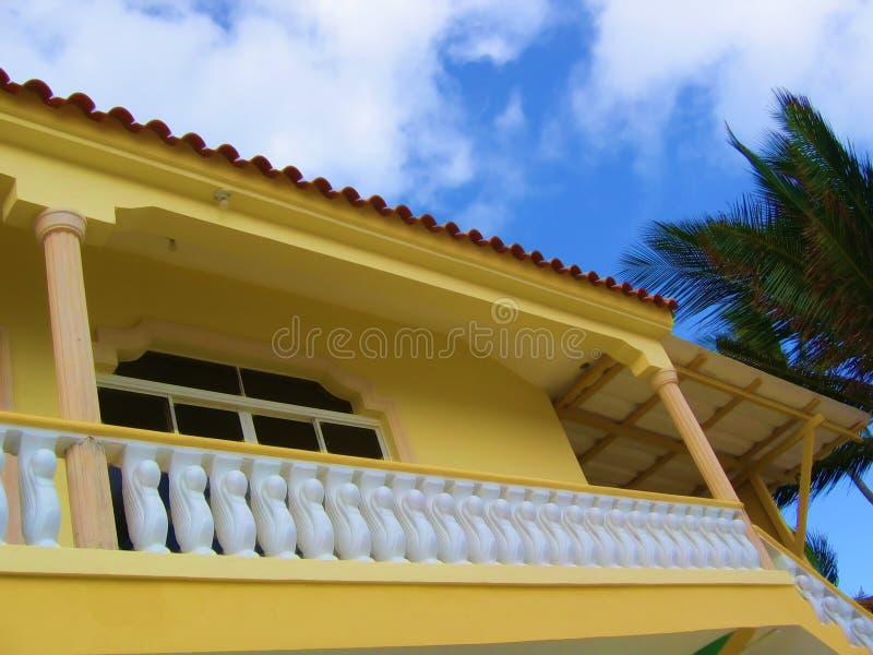 Tropisch en Geel huis - stock fotografie