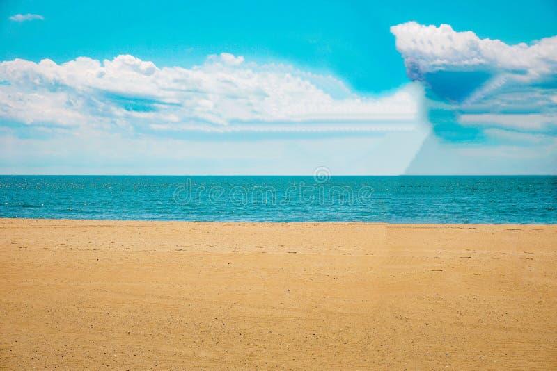 Tropisch geel geschuurd strand en zee royalty-vrije stock foto
