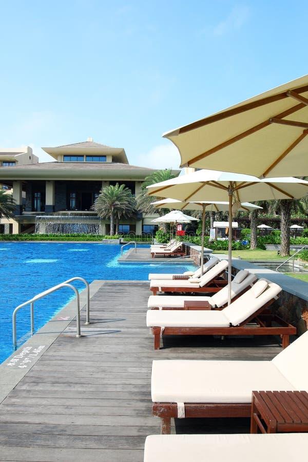 Tropisch het hotel zwembad van de strandtoevlucht stock foto