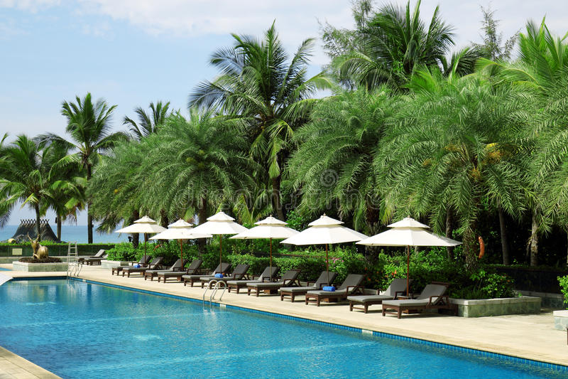 Tropisch het hotel zwembad van de strandtoevlucht stock foto's