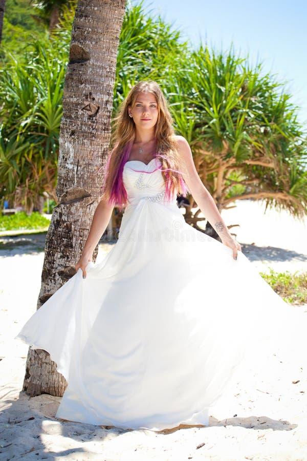 Tropisch huwelijk, bruid dichtbij palm royalty-vrije stock afbeeldingen