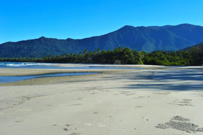 Tropisch kustlijnuitzicht van verre Kaapbeproeving, Queensland, Australië stock foto's