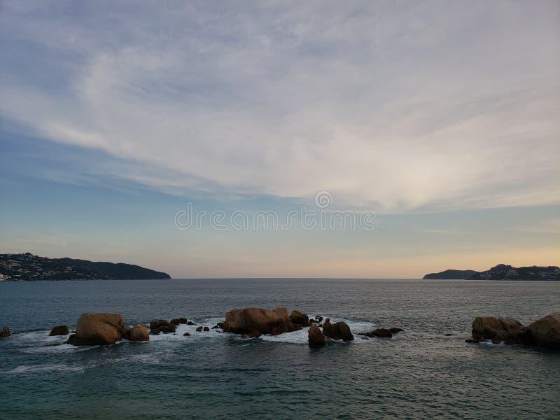 Tropisch landschap in de belangrijkste baai van Acapulco, Mexico tijdens zonsondergang stock fotografie