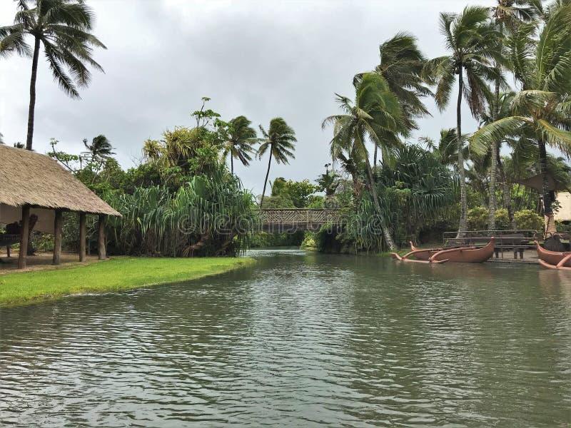 Tropisch landschap die op het Polynesische Culturele Centrum op het Eiland Oahu, Hawaï plaatsen stock afbeelding