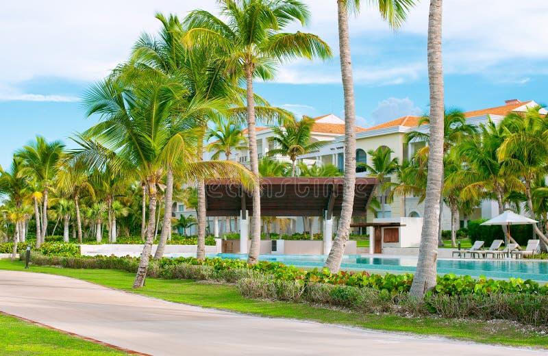 Tropisch Landschap Rust in een hotel op het strand Palmen en pool royalty-vrije stock fotografie