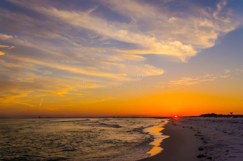 Tropisch oceaanstrand bij zonsondergang royalty-vrije stock fotografie