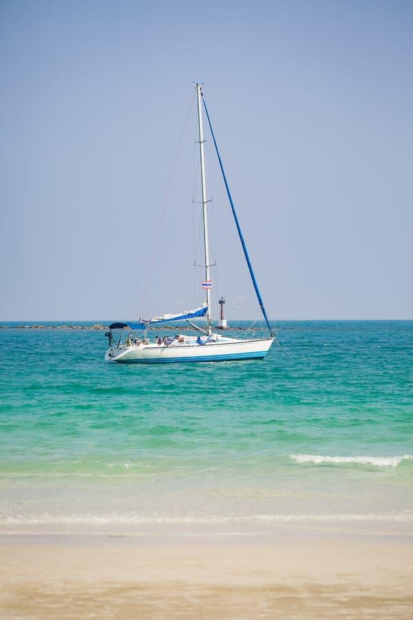 Tropisch oceaanstrand met zeilboot in Thailand royalty-vrije stock foto's
