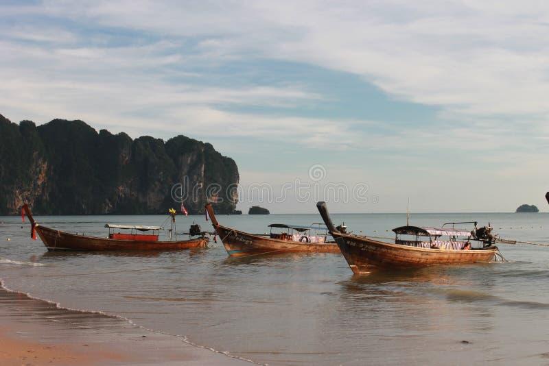Tropisch strand, Ao Nang Strand, zonsondergang royalty-vrije stock foto