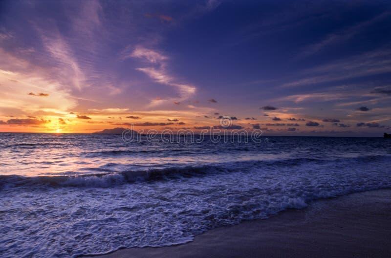 Tropisch strand bij de zonsondergang stock afbeelding