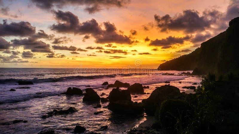 Tropisch strand bij mooie zonsondergang - Aardachtergrond Mengantistrand, Kebumen, Centraal Java, Indonesië stock afbeelding
