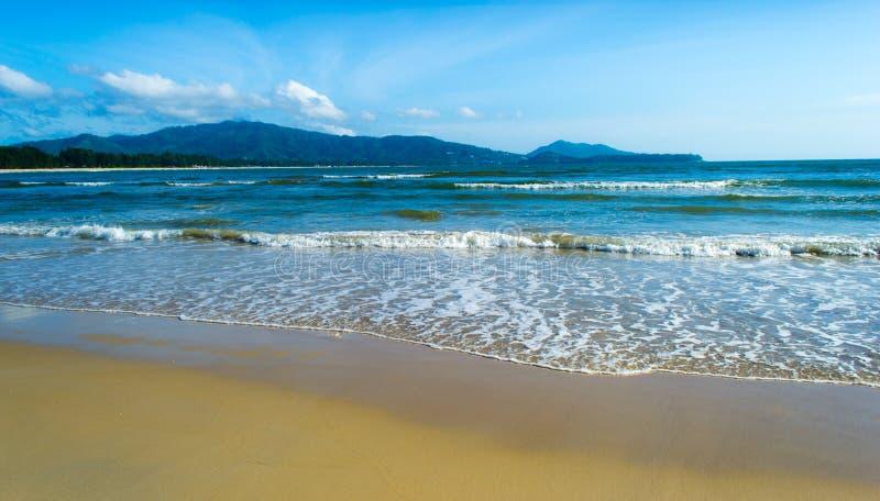 Tropisch strand en Blauwe hemel stock fotografie