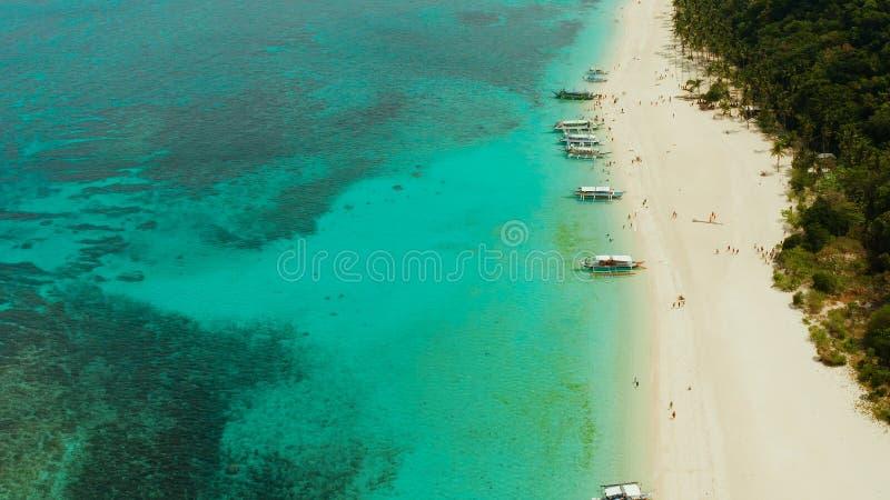 Tropisch strand en turkoois lagunewater stock afbeeldingen