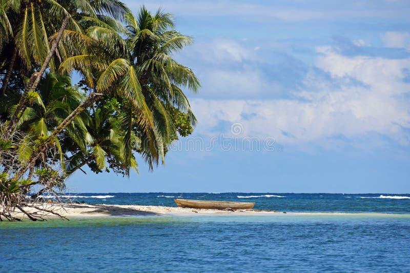 Tropisch strand met een dugout kano royalty-vrije stock afbeeldingen