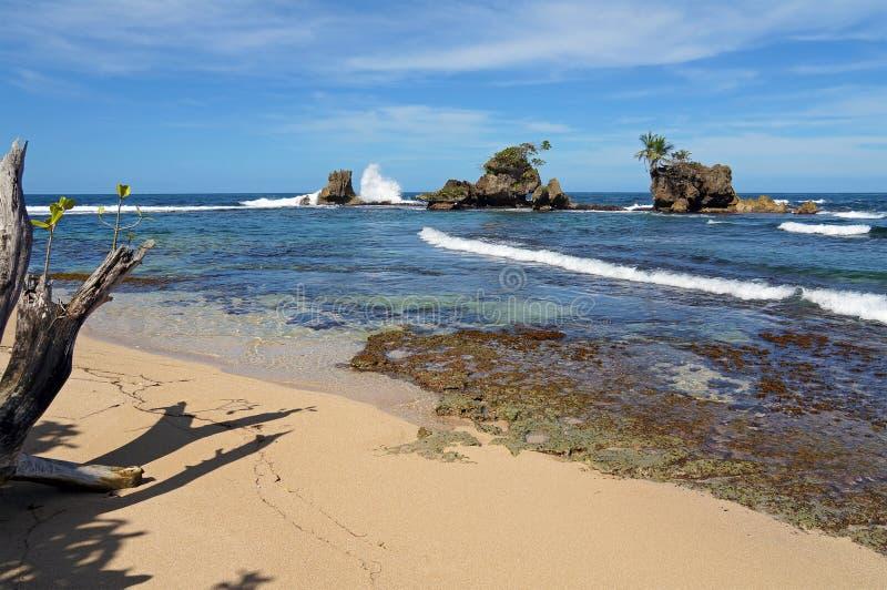 Tropisch strand met rotsachtige eilandjes royalty-vrije stock foto