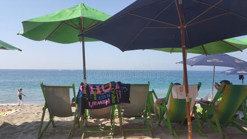 Tropisch Strand met Stoelen en Paraplu's royalty-vrije stock afbeeldingen