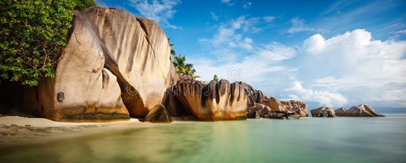 Tropisch strand met witte zand en cocopalmen, brede het panoramaachtergrond van het reistoerisme, vakantieconcept stock afbeeldingen