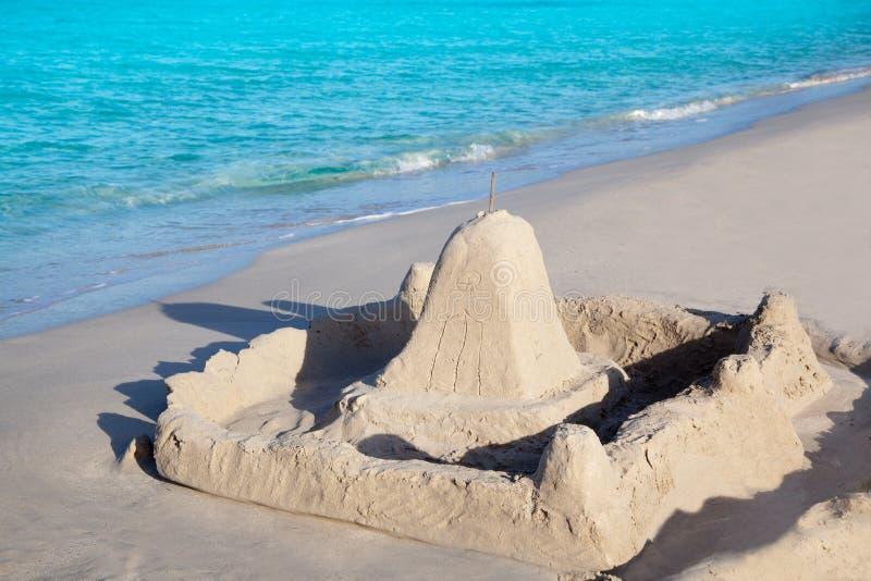 Tropisch strand met zandkasteel stock foto's