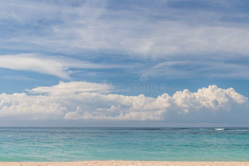 Tropisch strand Nusa Dua, het eiland van Bali, Indonesië De plaats van het paradijs royalty-vrije stock fotografie