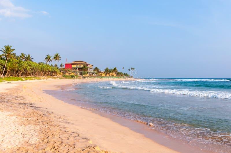 Tropisch strand in Sri Lanka bij zonsondergang royalty-vrije stock foto's