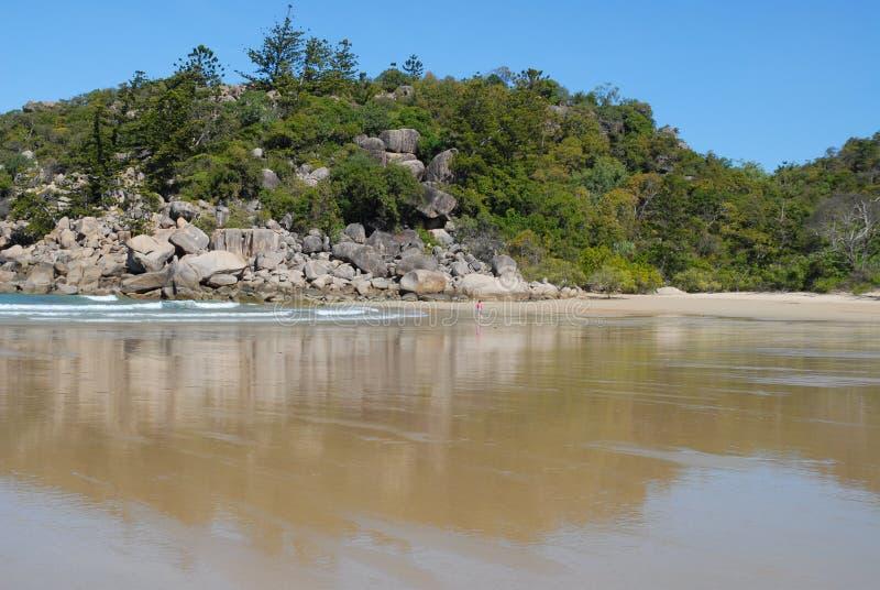 Tropisch strand, ver Noord-Queensland royalty-vrije stock afbeelding