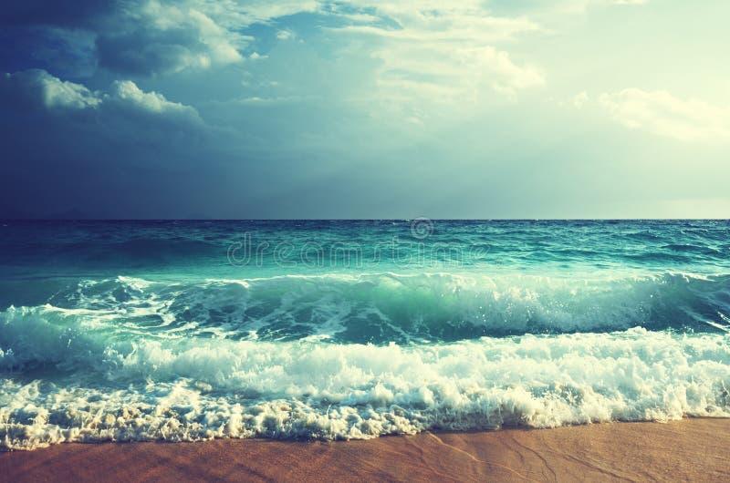 Tropisch strand in zonsondergangtijd royalty-vrije stock foto