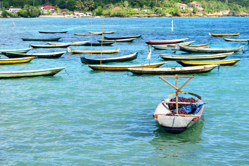 Tropisch strandlandschap met parasol in Bali royalty-vrije stock afbeeldingen