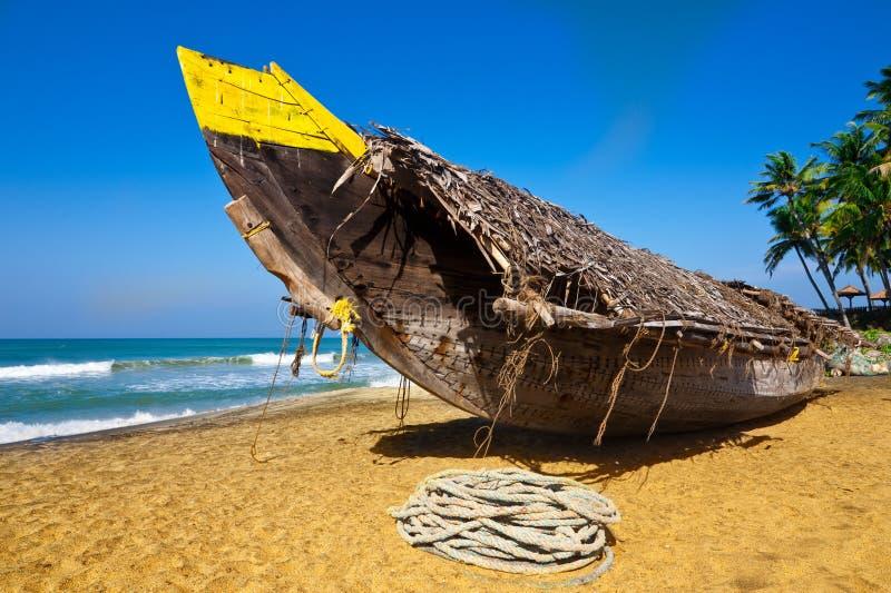 Tropisch strandlandschap met vissersboot royalty-vrije stock fotografie