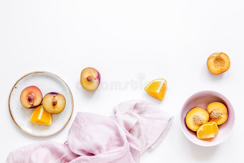 Tropisch vruchten ontwerp met omhoog sinaasappel en perzik op van de achtergrond stoffen witte lijst hoogste meningsspot royalty-vrije stock afbeeldingen