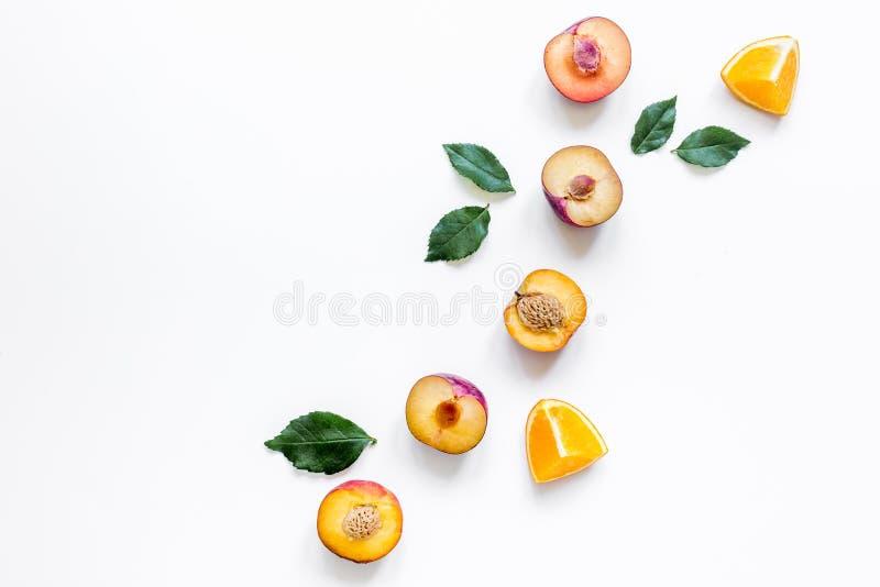 Tropisch vruchten ontwerp met omhoog sinaasappel en perzik op witte lijst achtergrond hoogste meningsspot royalty-vrije stock foto's
