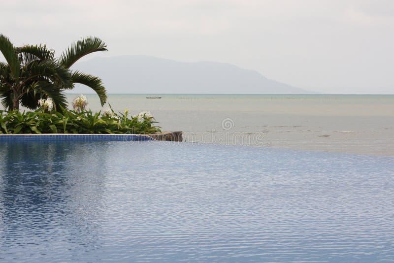Tropisch Zeegezicht met zwembad in voorgrond, Golf van Thailand stock foto