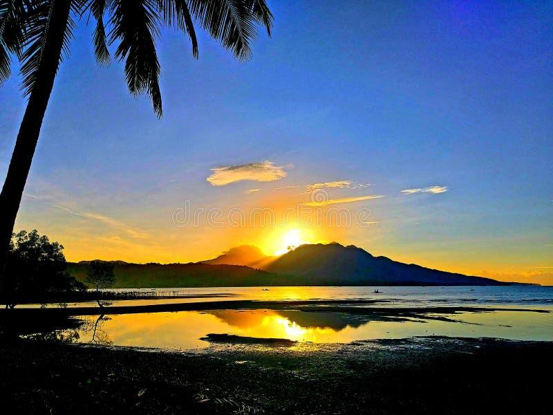 Tropisch Zonsopgangsilhouet en een het Nadenken Overzees royalty-vrije stock fotografie