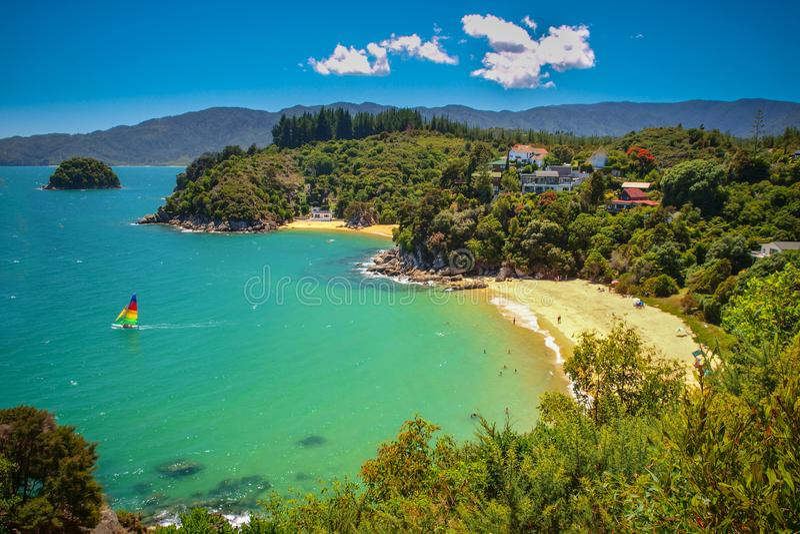 Tropische abgelegene Bucht mit Strand lizenzfreies stockfoto