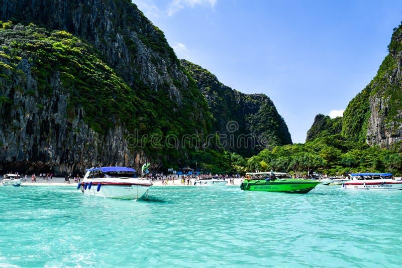 Tropische Ansicht von den Booten an der Inselküstenlinie lizenzfreie stockbilder