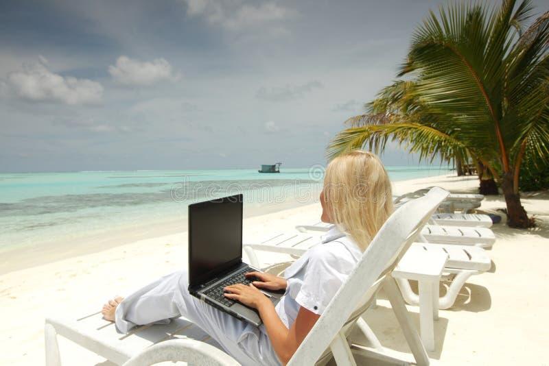 Tropische bedrijfsvrouw met laptop royalty-vrije stock afbeelding
