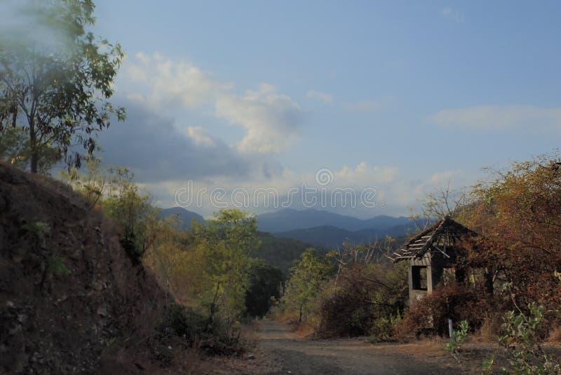 Tropische bergweg met kleine keet stock afbeeldingen
