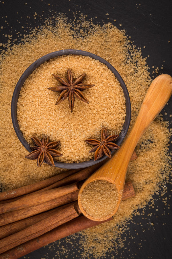 Tropische bruine suiker, anijsplant, kaneel stock afbeeldingen