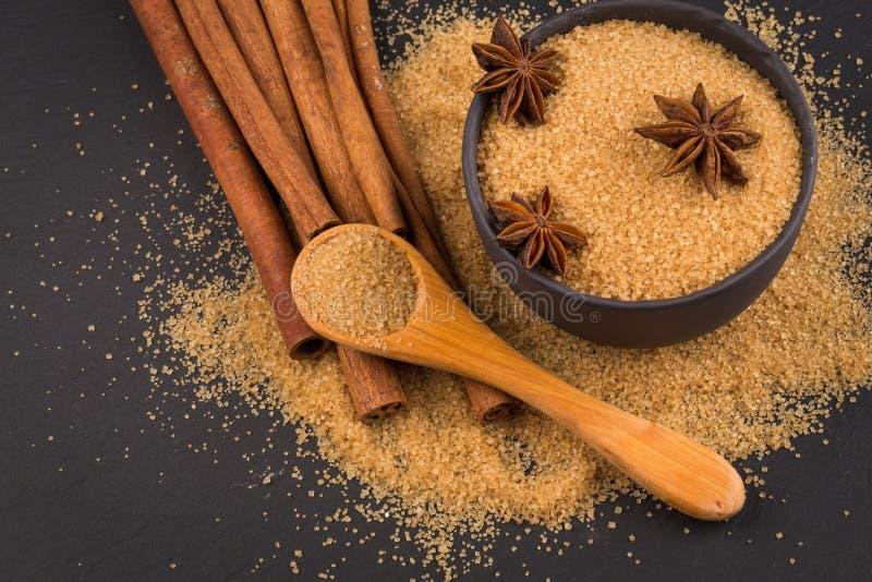 Tropische bruine suiker, anijsplant, kaneel stock foto's
