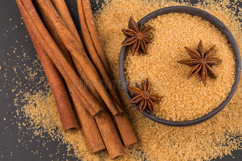 Tropische bruine suiker, anijsplant, kaneel royalty-vrije stock fotografie