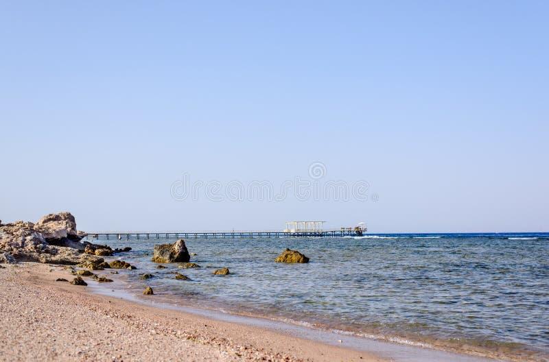 Tropische Bucht mit einer hölzernen Anlegestelle oder einem Pier stockfotos
