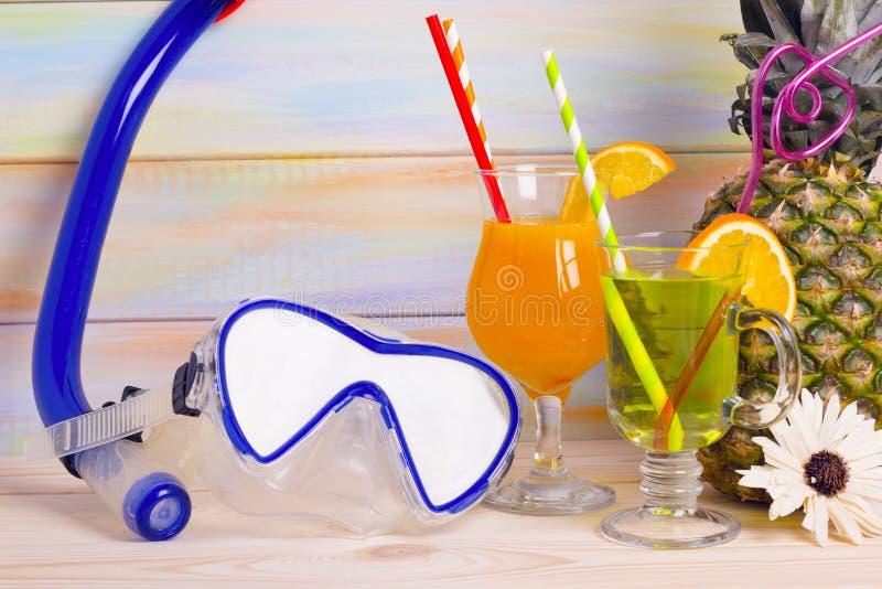 Tropische cocktails, ananas en reizende punten stock afbeeldingen