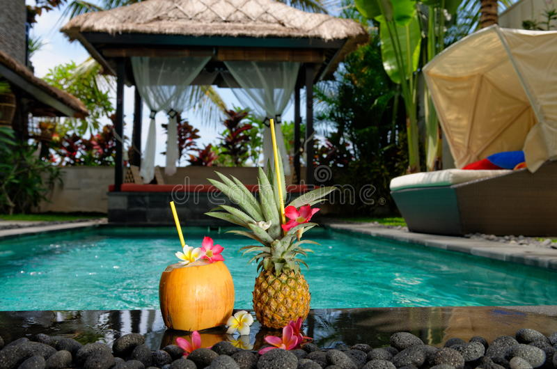 Tropische cocktails door de pool stock afbeelding